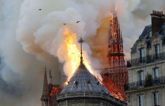 Tại sao không dội bom nước cứu Nhà thờ Đức bà Paris?