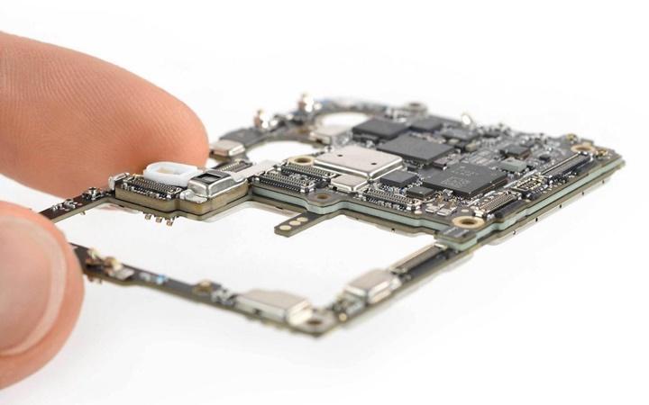 """""""Mổ bụng"""" Huawei P30 Pro tiết lộ những lựa chọn thiết kế thú vị của Huawei"""