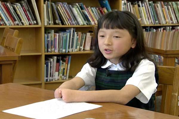 Bé gái Trung Quốc khuyết tật tay bẩm sinh giành chiến thắng cuộc thi viết chữ đẹp tại Mỹ