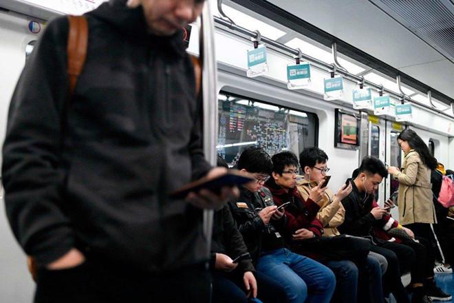 Ngồi dạng chân trên tàu tại Trung Quốc sẽ bị 'đưa vào sổ đen'