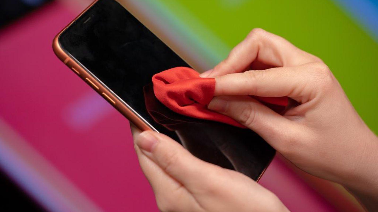 Đừng bao giờ lau màn hình smartphone bằng 9 thứ này