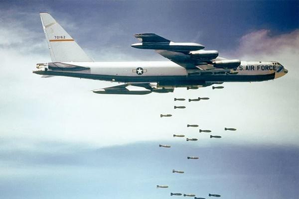 Tại sao bom tạo ra âm thanh huýt sáo khi chúng rơi?