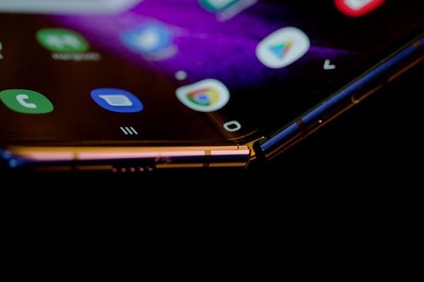 Google tiết lộ cũng đang nghiên cứu điện thoại màn hình gập
