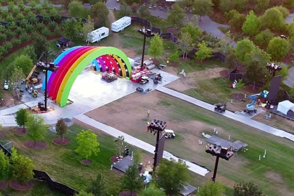 Lady Gaga biểu diễn tại Apple Park, dưới sân khấu cầu vồng do Jony Ive thiết kế