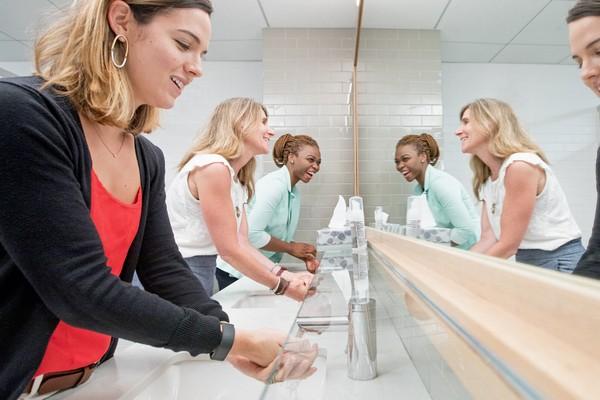 Giới y tế Anh kêu gọi cần xây nhà vệ sinh tỷ lệ công cộng tỷ lệ 2 cho nữ, một cho nam