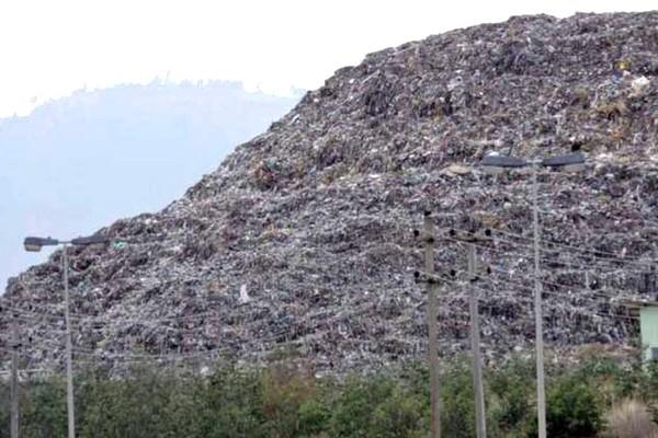Hoảng hồn với núi rác khổng lồ tại Ấn Độ được dự đoán sẽ cao hơn cả đền Taj Mahal vào năm sau