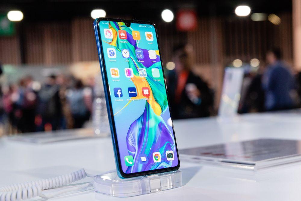 """Lệnh cấm vận sẽ """"thổi bay"""" 60% doanh số smartphone toàn cầu của Huawei"""