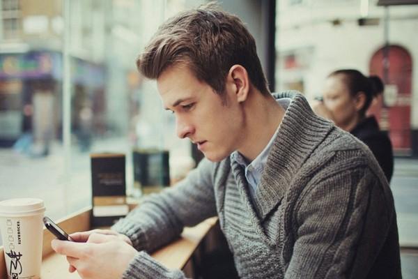 Dùng điện thoại sai cách, con người đang mọc thêm một lớp gai trên hộp sọ