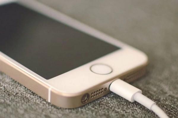 Thói quen dùng điện thoại trên giường trước khi ngủ khiến một thanh niên phải trả giá đắt