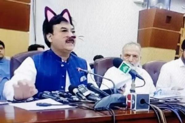 """Quên tắt bộ lọc, Bộ trưởng Pakistan vô tình thành """"mèo cute"""" khi livestream họp báo"""
