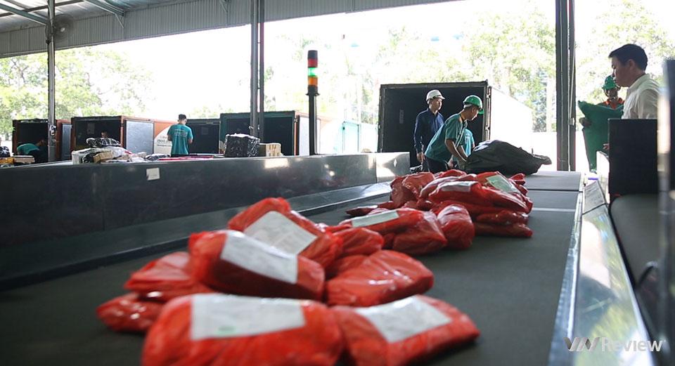 Đột nhập trung tâm chia chọn bưu phẩm tự động lớn nhất Việt Nam của Viettel Post - Ảnh 1.