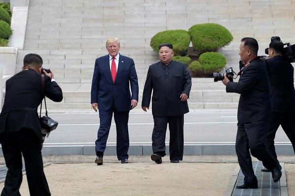 Khoảnh khắc 'hoàn hảo cho tivi' của Tổng thống Trump và cảnh hỗn loạn phía sau