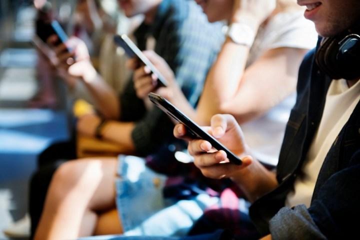 Phân nửa người Mỹ không biết chiếc điện thoại họ cầm trên tay là loại gì