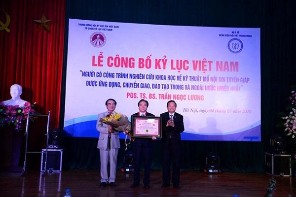 'Cha đẻ' của kỹ thuật mổ nội soi tuyến giáp đạt kỷ lục Việt Nam
