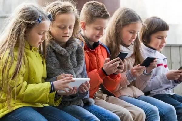 Giới lập pháp Nga đề xuất cấm sử dụng điện thoại trong trường học vì lo học sinh sao lãng