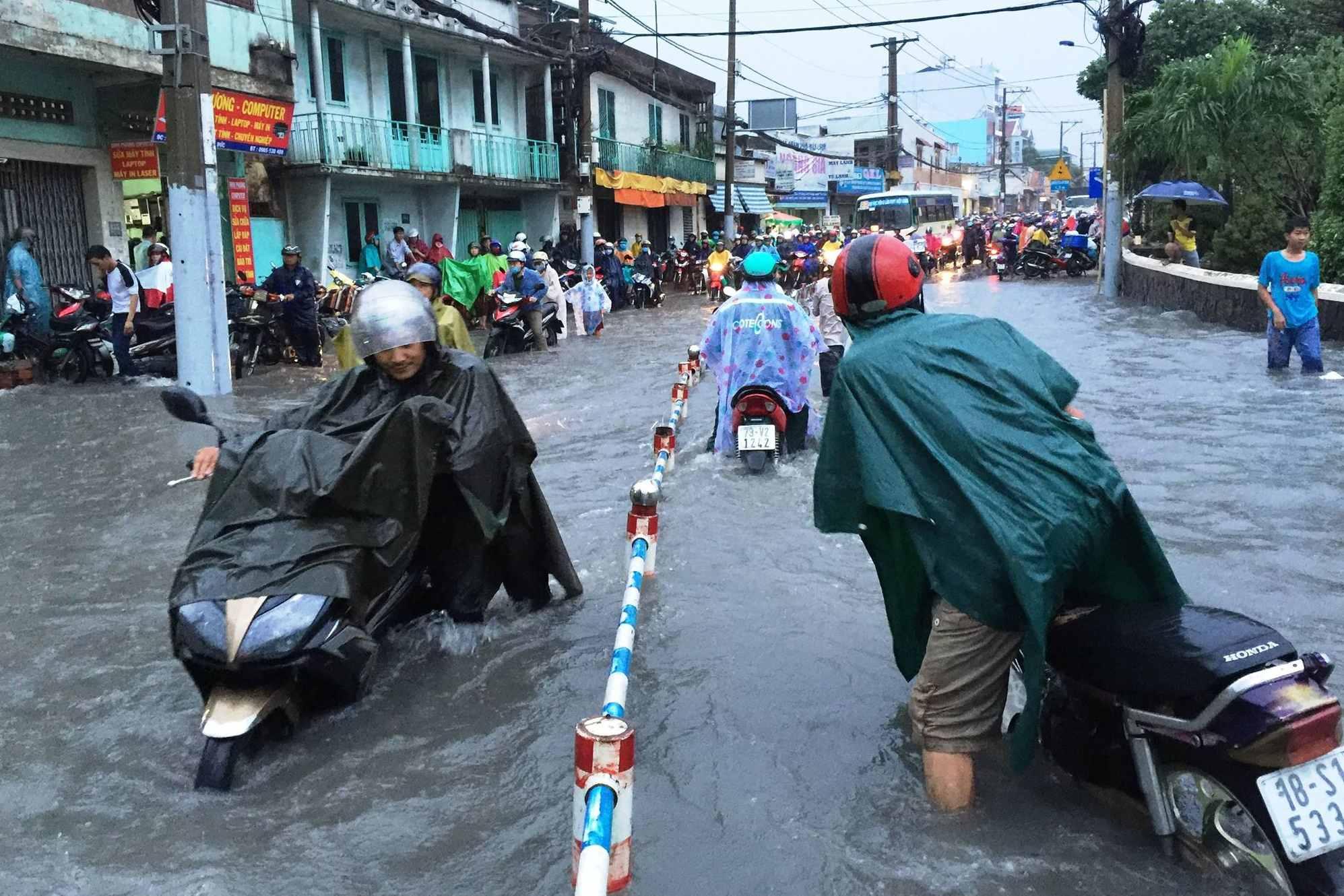 Dùng lu đựng nước mưa chống ngập ở TP.HCM: Liệu có khả thi?