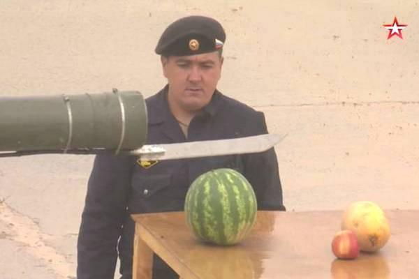 """Chỉ có ở Nga: Biến xe tăng thành máy cắt hoa quả """"siêu to khổng lồ"""""""