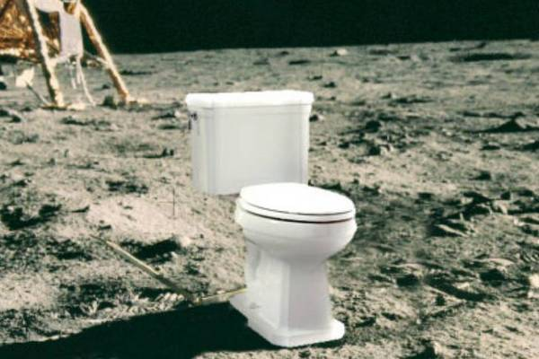 """Tàu vũ trụ Apollo không có toilet, các phi hành gia giải quyết """"nỗi buồn"""" như thế nào?"""