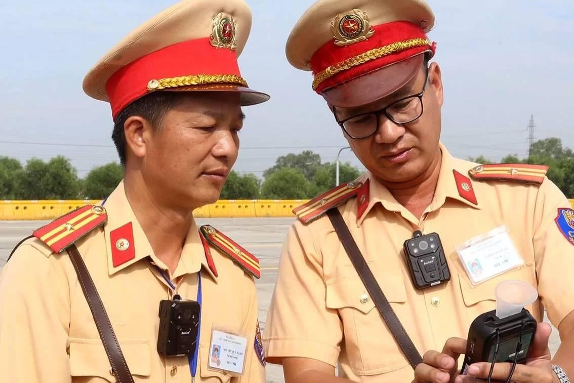 Chi tiết chiếc camera CSGT đeo trước ngực để giám sát các trường hợp vi phạm