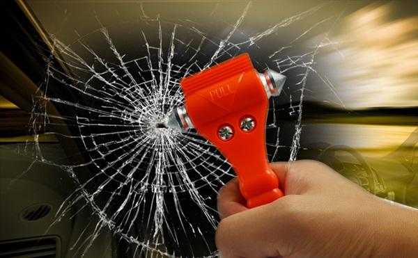 Đập vỡ kính xe ô tô trong tình huống khẩn cấp khó khăn hơn bạn nghĩ