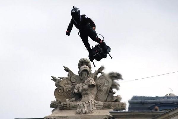Thiết bị bay Flyboard Air xuất hiện trong lễ diễu hành của quân đội Pháp, chao lượn như chim