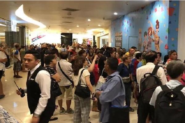 Người dân khắp Singapore giận dữ, thất vọng chờ mua điện thoại Huawei giá 900 nghìn đồng