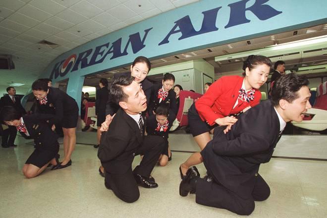Tiếp viên hàng không xử lý hành khách gây rối trên máy bay ra sao