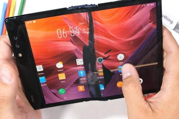 Tra tấn smartphone màn hình gập đầu tiên trên thế giới: Không bền nhưng vẫn khá ấn tượng