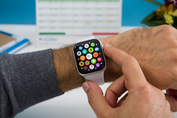 """Tại sao Apple có thể một mình """"xưng vương xưng tướng"""" trên thị trường smartwatch?"""