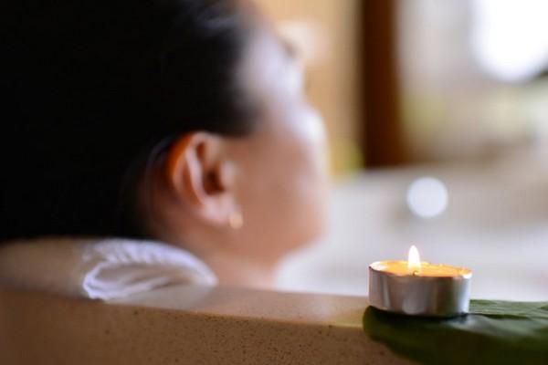 Gặp tình trạng khó ngủ, thử tắm và ngâm nước ấm trước khi lên giường