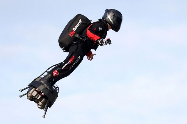 Người Pháp lần đầu vượt eo biển Manche thành công bằng ván bay hoverboard, tốc độ 170km/h