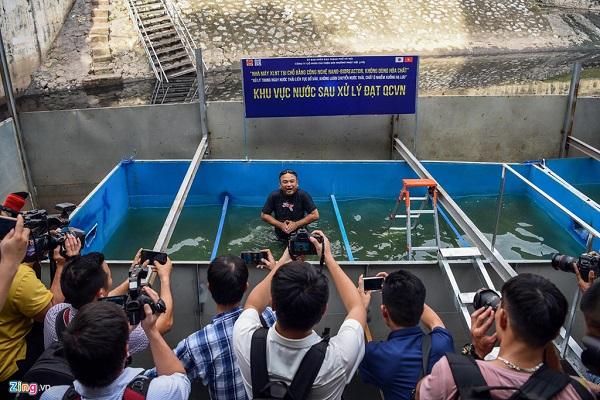 Người Hà Nội ngỡ ngàng khi chuyên gia Nhật Bản tắm trên sông Tô Lịch