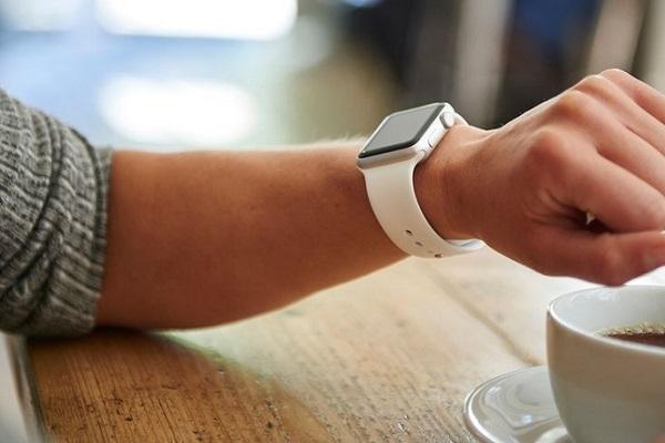 """Samsung Galaxy Watch Active 2 vs Apple Watch 4: Đâu là thiết bị """"chất"""" hơn?"""