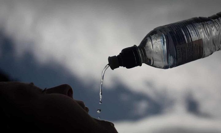 Báo cáo của WHO cho rằng hạt vi nhựa trong nước không có hại cho sức khỏe