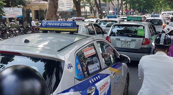 Taxi truyền thống muốn chuyển thành taxi công nghệ: Đường sống hay đường cùng?