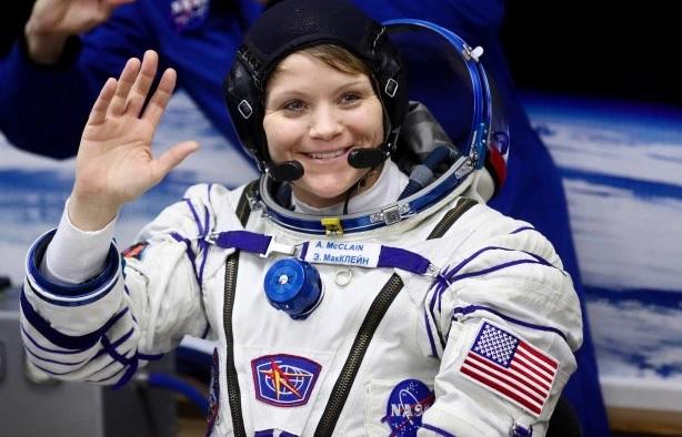 Nữ phi hành gia bị vợ tố đột nhập tài khoản ngân hàng khi đang trong không gian