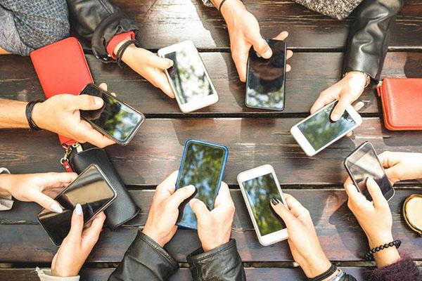 Trẻ em rất dễ nghiện live stream, bố mẹ cần kiểm soát thời gian sử dụng Internet của con cái
