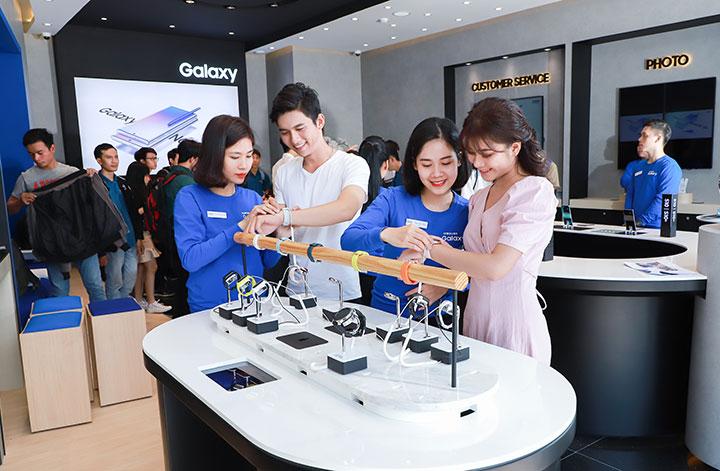 Bên trong cửa hàng chuẩn quốc tế của Samsung ở Việt Nam