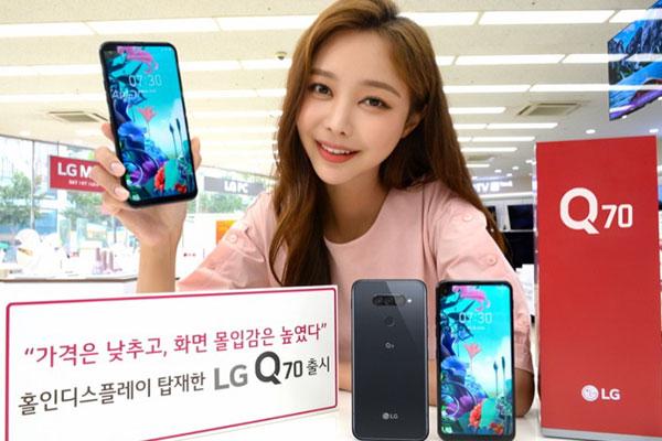 LG Q70 trình làng: smartphone nốt ruồi đầu tiên của LG, cạnh tranh với Galaxy A70