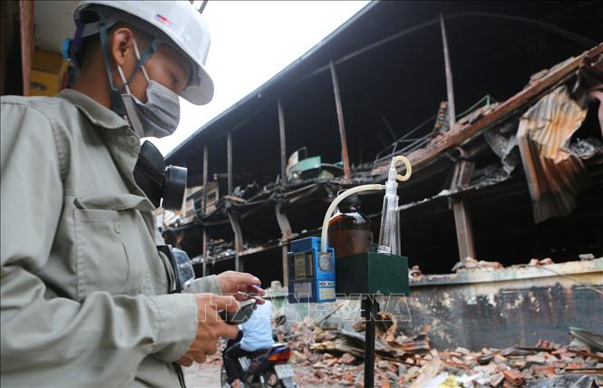 Đoàn cán bộ Trung tâm quan trắc tài nguyên và môi trường Hà Nội đến hiện trường kiểm tra, ghi nhận số liệu. Ảnh: Thành Đạt (TTXVN)