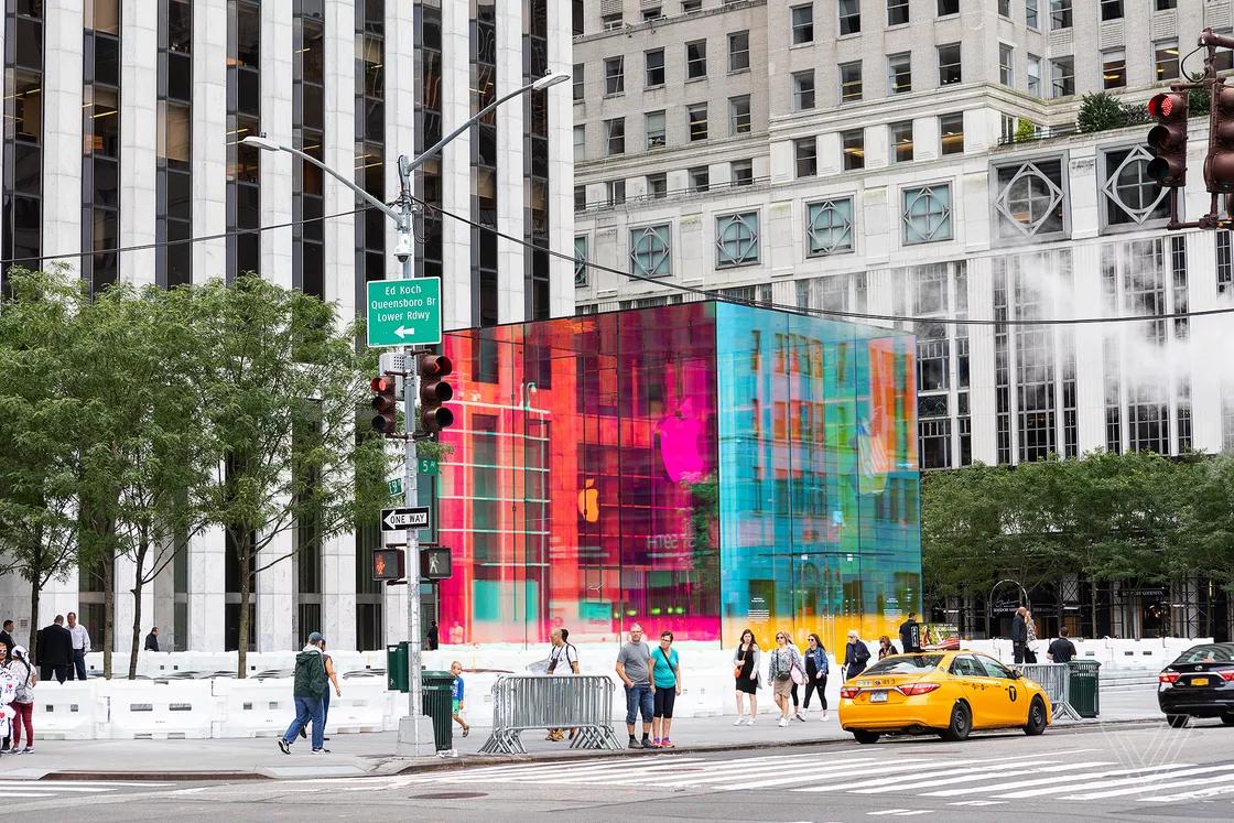 Chiêm ngưỡng khối thủy tinh cầu vồng cực đẹp tại Apple Store New York đang tu sửa
