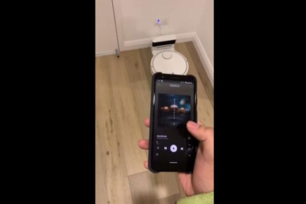 Hết chuyện làm, anh chàng này cài Spotify lên... máy hút bụi Xiaomi