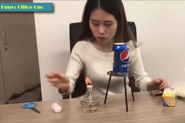 """Bắt chước """"thánh ăn công sở"""" làm bỏng ngô bằng lon soda, một bé gái Trung Quốc chết thảm"""