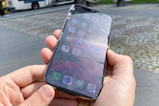 iPhone 11 Pro vỡ nát màn hình khi test rơi từ độ cao ngang hông