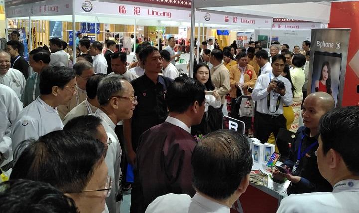 Phó Tổng thống Myanmar thăm gian hàng Bphone 3 tại Yangon