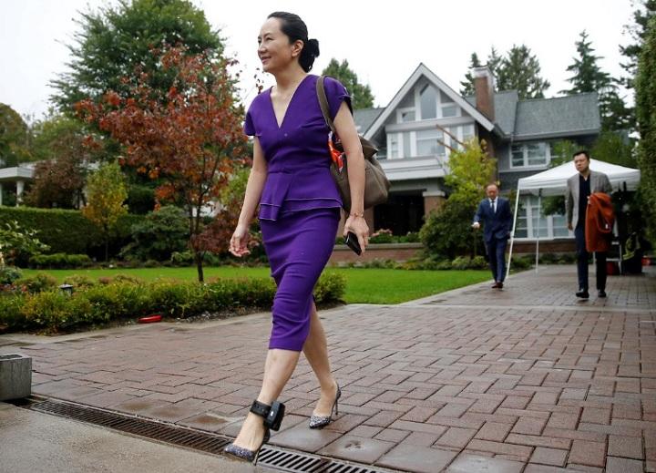 """""""Công chúa Huawei"""" tươi cười dù bị vòng định vị """"xích"""" cổ chân"""