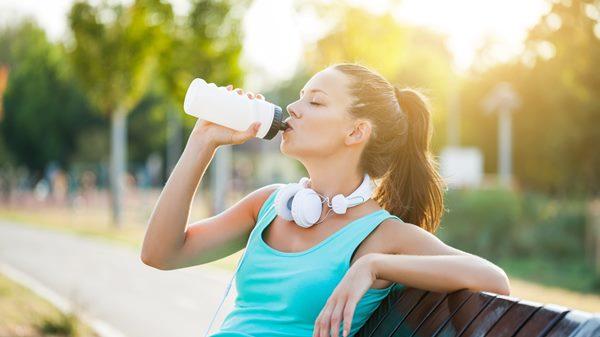Đồ uống nào giúp chúng ta tránh mất nước tốt nhất? (Gợi ý: không phải là nước)