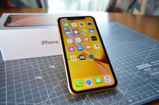 Hơn 15 triệu đồng, nên mua iPhone 11 lock hay iPhone XR chính hãng?