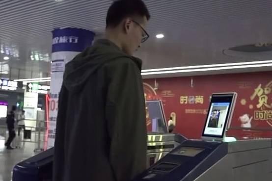Người Trung Quốc mua vé tàu bằng gương mặt, lướt mặt  qua là vào được ga