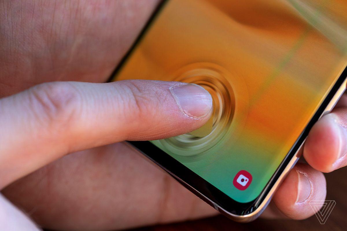Cảm biến vân tay siêu âm của Galaxy S10 bị qua mặt bởi miếng dán màn hình giá 80 nghìn đồng trên eBay